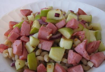Pasta med korv, äpple och lök